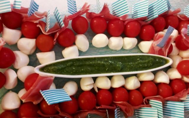 Recette de brochettes mozzarella / tomate / jambon de pays et pesto maison