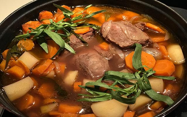 Joues de porc aux pommes de terre, aux carottes et à l'estragon