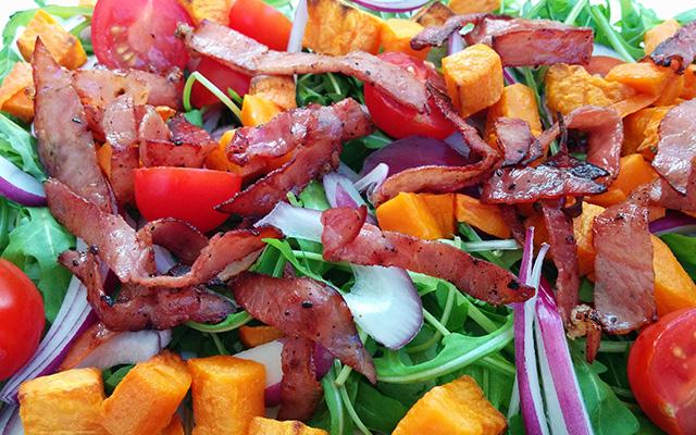 Salade de patate douce, roquette, tomates cerises et bacon